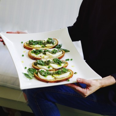 sandwich crostini pesto pea mozzarella