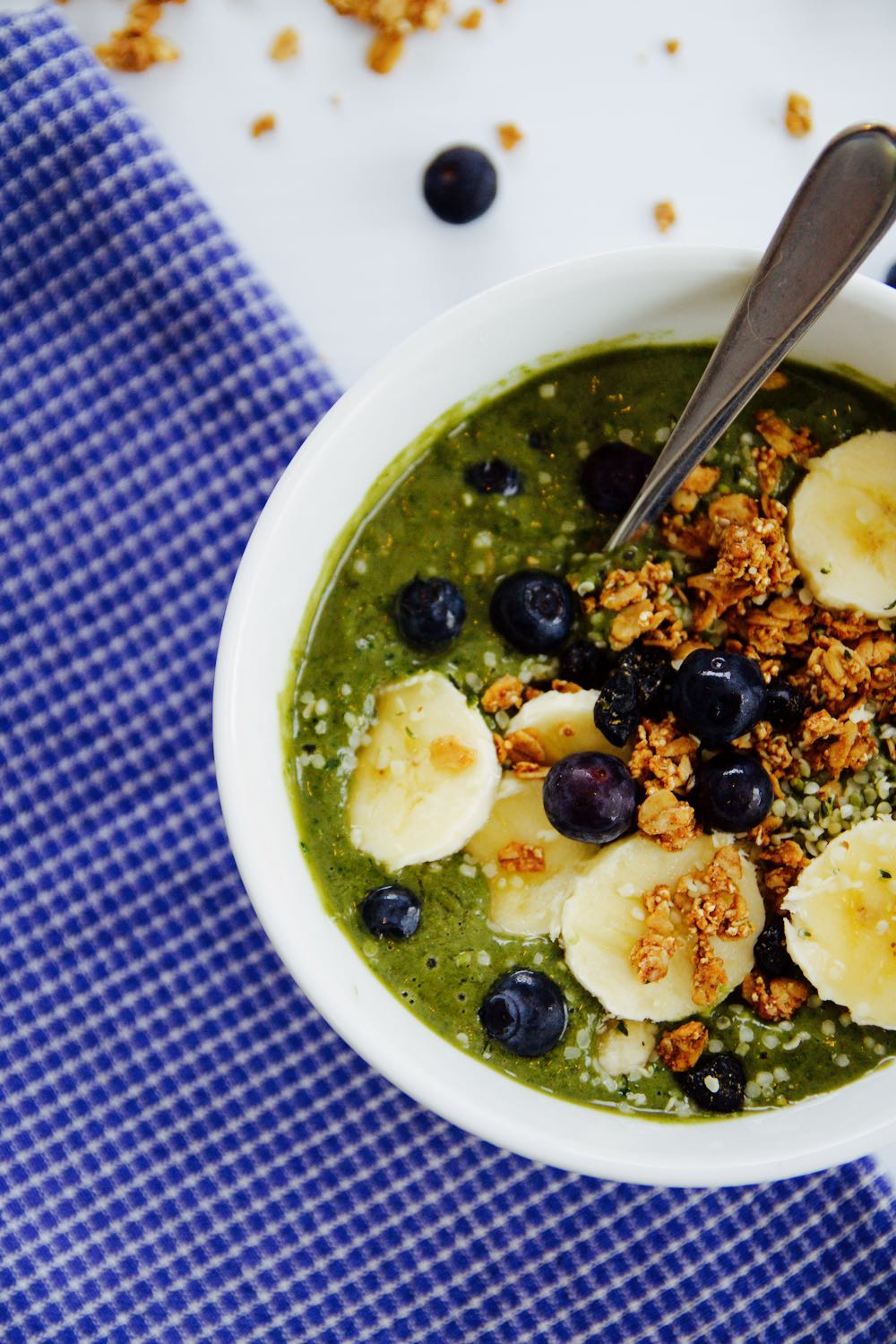 Recipe for an acai bowl with spinach, avocado, hemp and kale