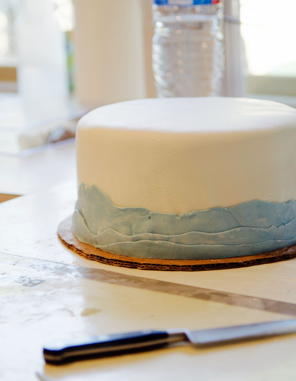 how to create waves along the bottom of a fondant cake