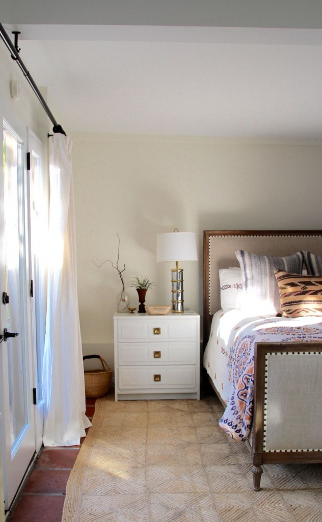 White, bright bedroom decor for a guest room