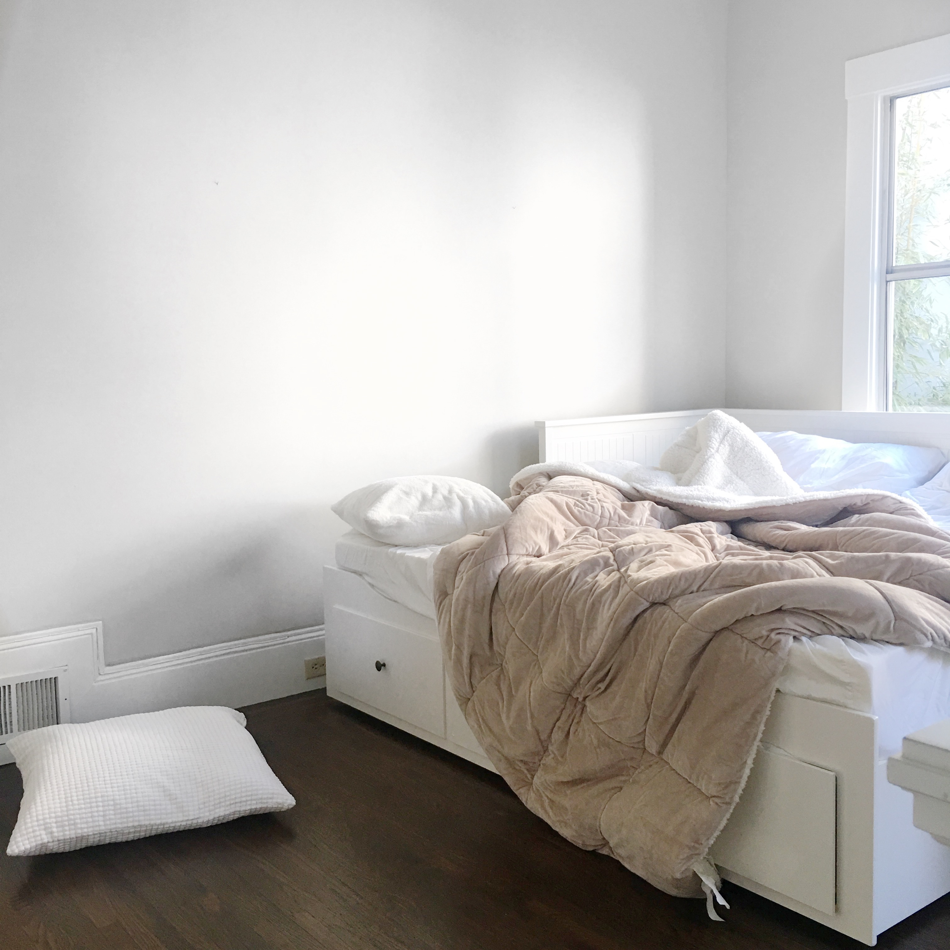 how to create a comfortable and inexpensive guest room