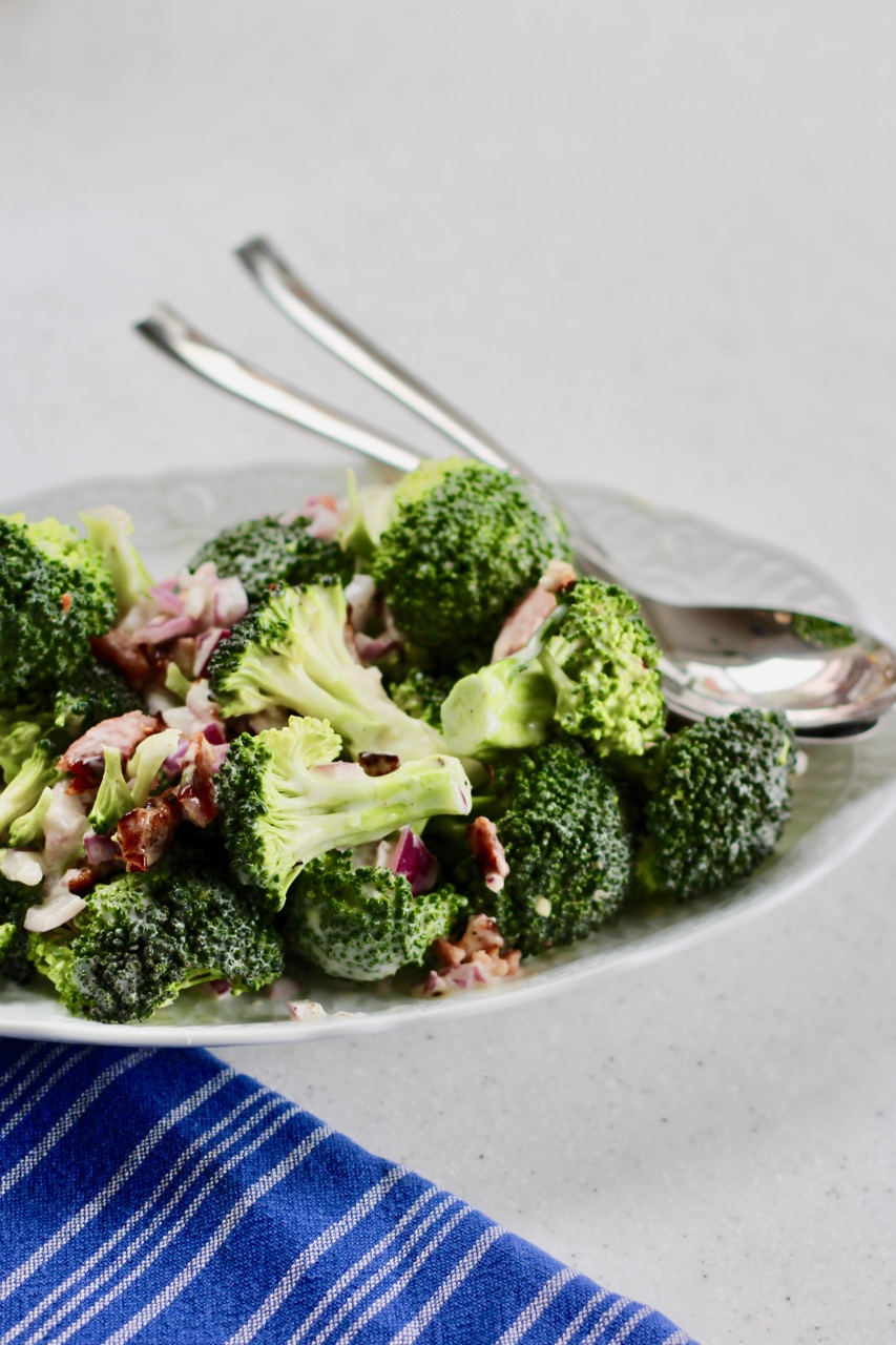 An easy recipe for broccoli salad with grapes and crispy bacon