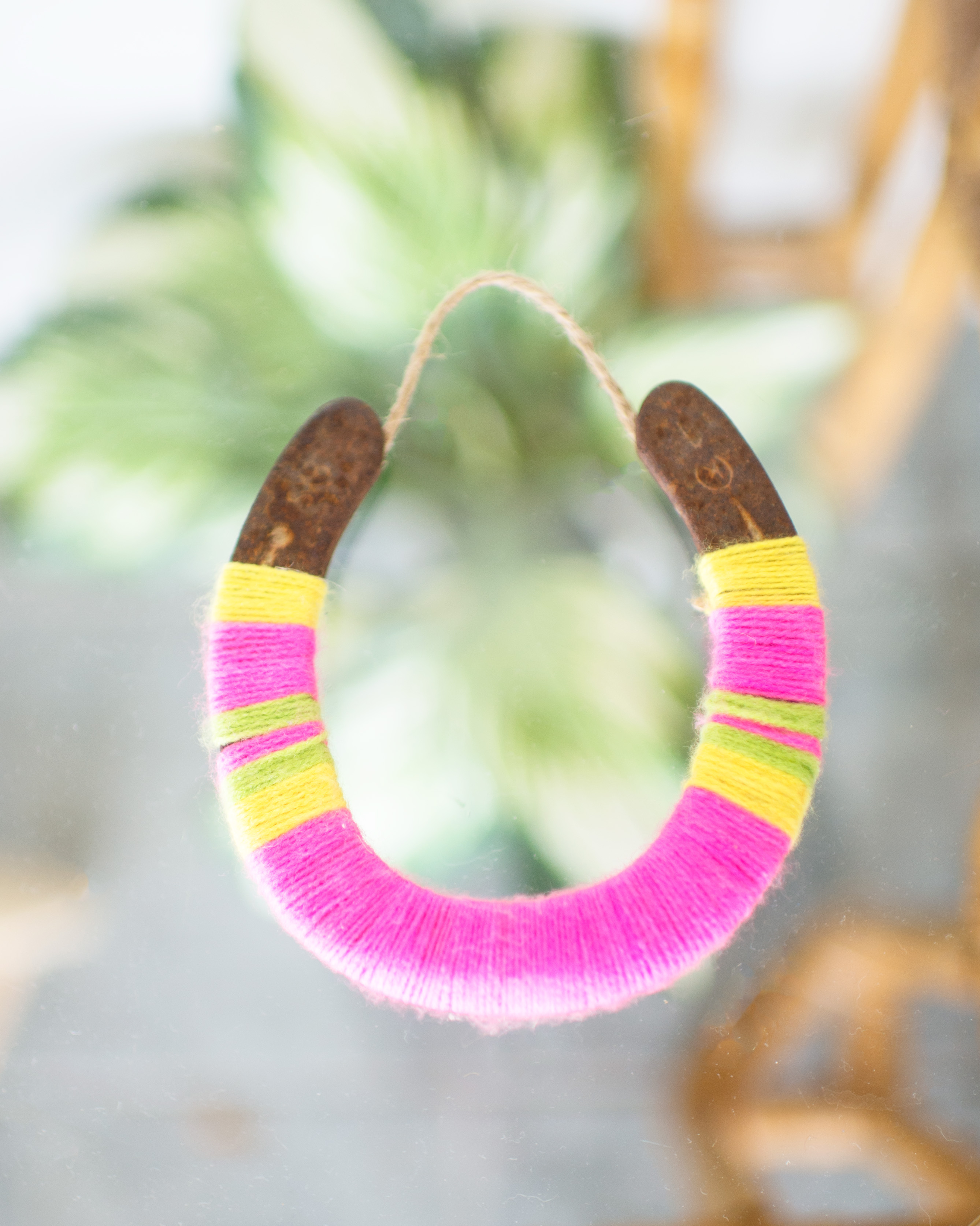 how to make a diy yarn-wrapped lucky horseshoe