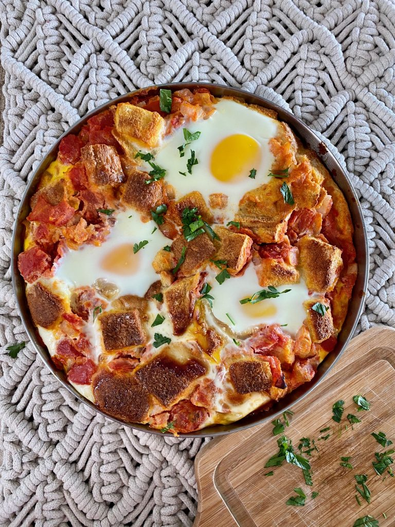 eggs baked with tomatoes onions and bread